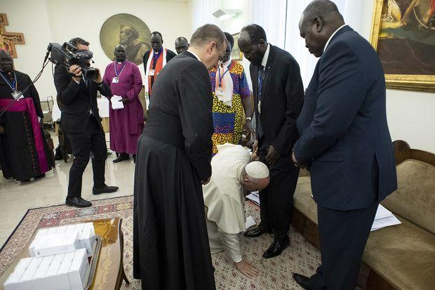 Pope Francis kisses shoes of Sudanese leaders in plea for peace
