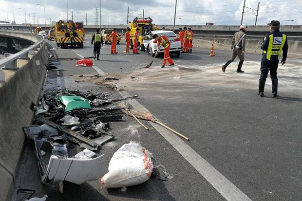 7 injured in bizarre expressway car crash | Bangkok Post: news