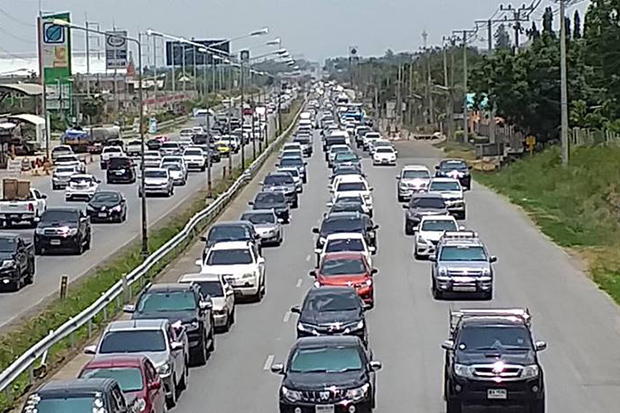 Vehicles queue on Mittraphap road in Si Khieu district of Nakhon Ratchasima as Songkran holidaymakers return to Bangkok on Monday. (Photo from @fm91trafficpro/Rescue Phromtham Neaw Twitter account)