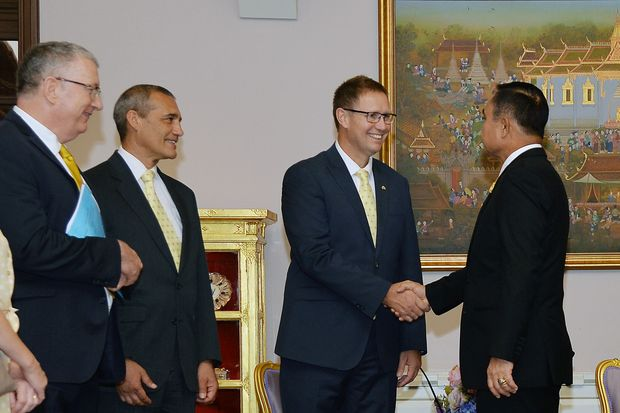 Prime Minister Prayut Chan-o-cha (left) shakes hands with Richard Harris, a doctor and cave diver who helped rescue 12 Thai boys and their football coach from a cave in Chiang Rai province last year. Looking on are Craig Challen and others who played a key role in the rescue efforts. (Government House photo)