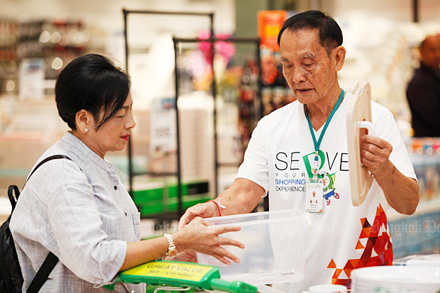 Pracha Jankrajang demonstrates a product to his customer Waraphon Rattanamalai at Robinson's Bang Pu branch. (Photo by Varuth Hirunyatheb)