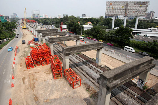 Work crews dismantle abandoned structures of the failed Hopewell mass transit project along the main railway track in Bangkok in 2013, clearing the way for construction of the Red Line railway. (file photo by Pattarapong Chatpattarasill)
