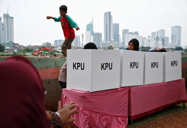 Voters mark their ballots at a polling centre during elections in Jakarta, Indonesia April 17, 2019. (Reuters photo)