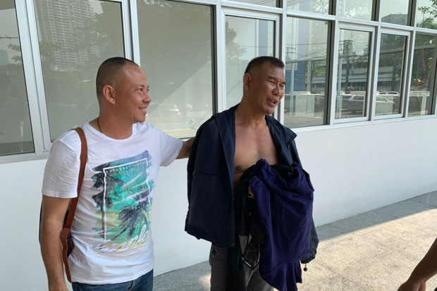 Anek Srisuwan, 53, right, is arrested in tambon Bang Phun of Muang district, Pathum Thani, on Thursday. (Photo supplied)