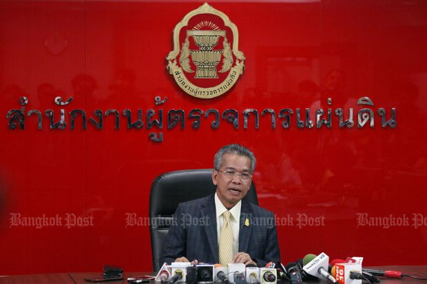 Raksagecha Chaechai, secretary-general of the Office of the Ombudsmen, announces the ombudsmen's deicison on election-related issues at the office on Friday. (Photo by Apichit Jinakul)