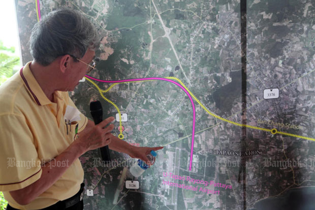 Sayan Imsom-somboon, adviser to the three-airport rail link project, explains the project to contenders in July last year. (Photo by Apichart Jinakul)