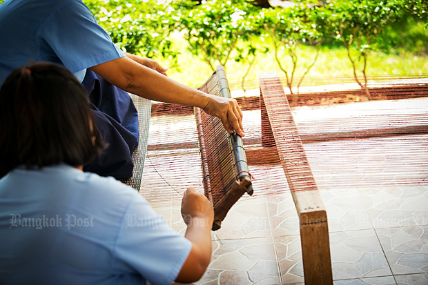 Female inmates try their hand at weaving at Chanthaburi Central Prison. Inmates nearing their release are being given occupational training so they can make a living after they leave prison. (Photo courtesy of Thailand Institute of Justice)