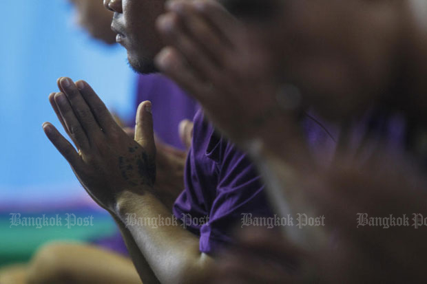 Convicts attend a religious ceremony before their release from Klongprem Central Prison in Bangkok in 2015. His Majesty the King has granted a royal pardon to many categories of convicts on the occasion of his coronation. (File photo by Pattarapong Chatpattarasill)