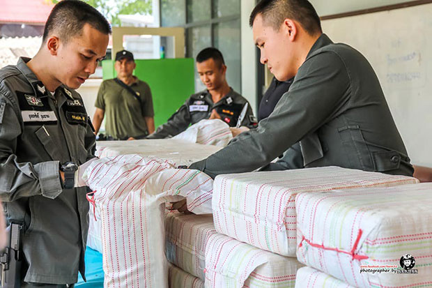 Border patrol police inspect sacks containing 2 million speed pills following a car chase in Mae Sai district of Chiang Rai in which a 43-year-old suspect was caught. (Photo from @thaipolice4.0 Facebook page)
