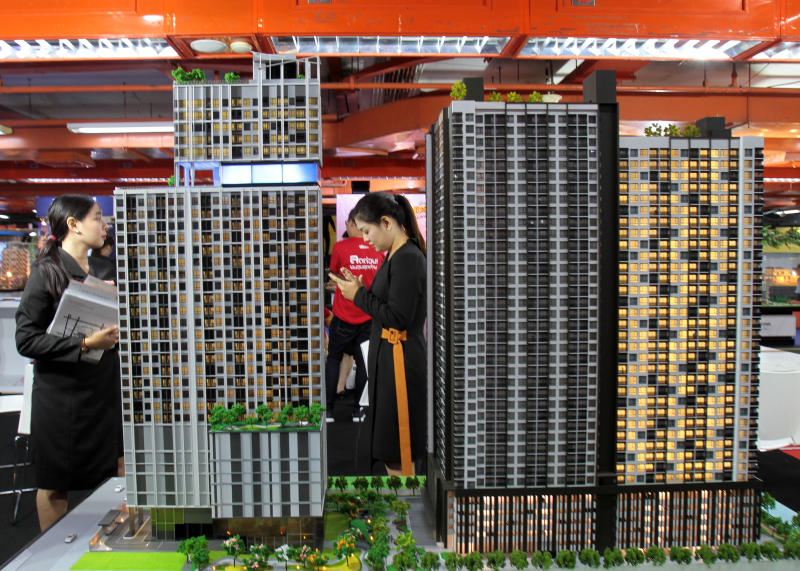 The cabinet approves cutting both housing transfer and mortgage fees to spur buying. (Bangkok Post photo)