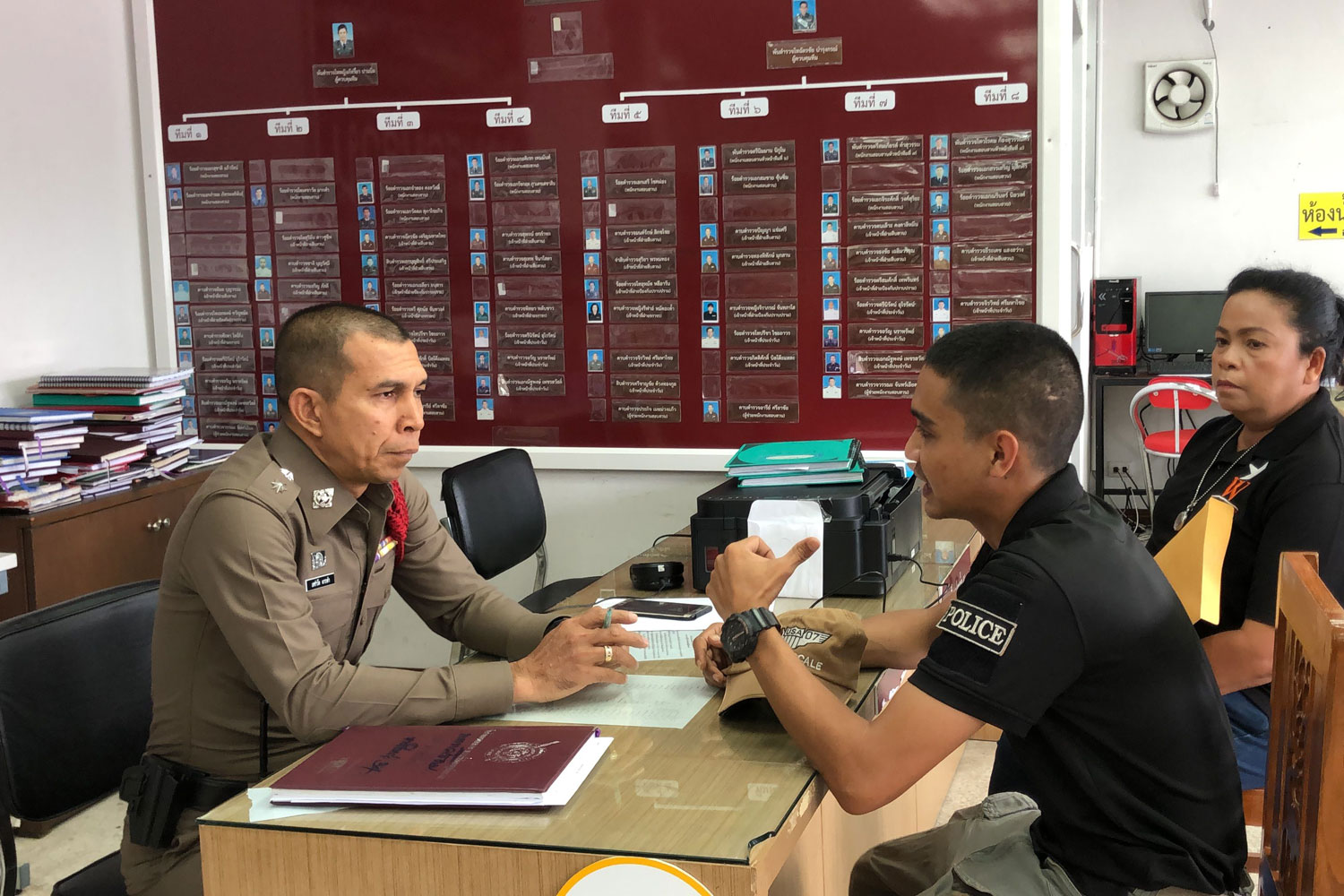 Pol Cpl Sanyalak Jandam of the Kapho police station in Pattani province (right) tells his story to Pol Capt Dechawat Makkham at the Hat Yai police station in Hat Yai district of Songkhla on Saturday. (Photo by Assawin Pakkawan)