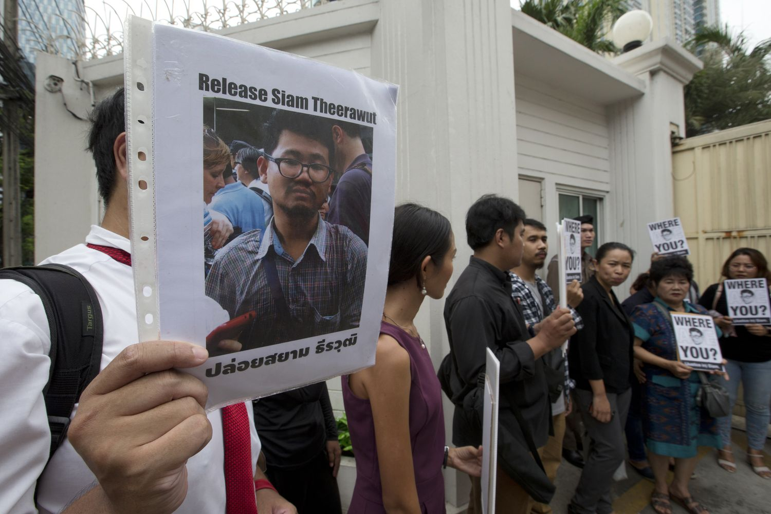 Activists and Kanya Theerawut (second from right), mother of Siam Theerawut, hold the portraits of Siam Theerawut outside Vietnam Embassy in Bangkok. (AP photo)