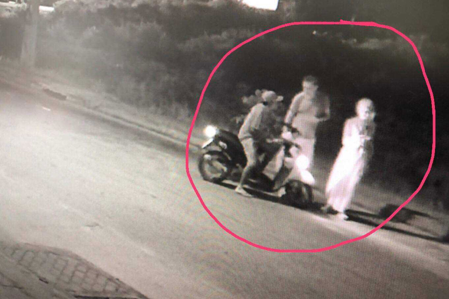 The surveillance camera footage shows the suspected rapist on his motorcycle talking to the Norwegian woman and her male friend while they were looking for her lost wallet, before the alleged rape on Koh Phangan of Surat Thani province early on Sunday morning. (Photo supplied by Supapong Chaolan)