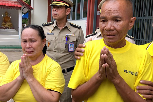 Udom Sirisorn,54, and his wife Daeng, 51, burst into tears and perform a wai after attending a religious ceremony at the Kalasin prison on Thursday to free them from jail following a royal pardon by His Majesty the King. (Photo by Yongyuth Phupangphet)