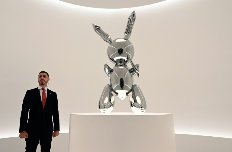 Jeff Koons work sells for $91.1m, record for living artist