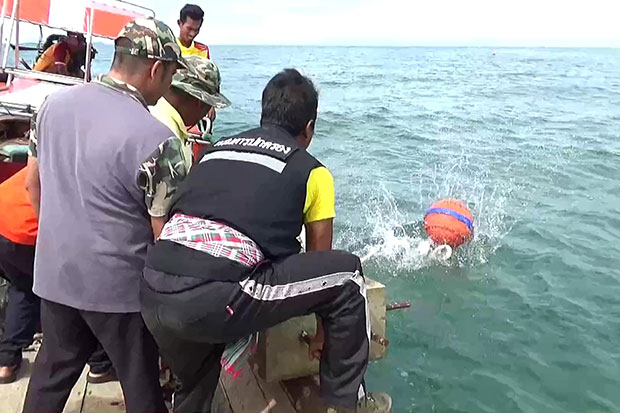 Marine officials and fishermen install buoys in the sea off Trang to demarcate the area where boats must moor when they take tourists to view rare dugongs or phayoon. (Photo by Methee Muangkaew)