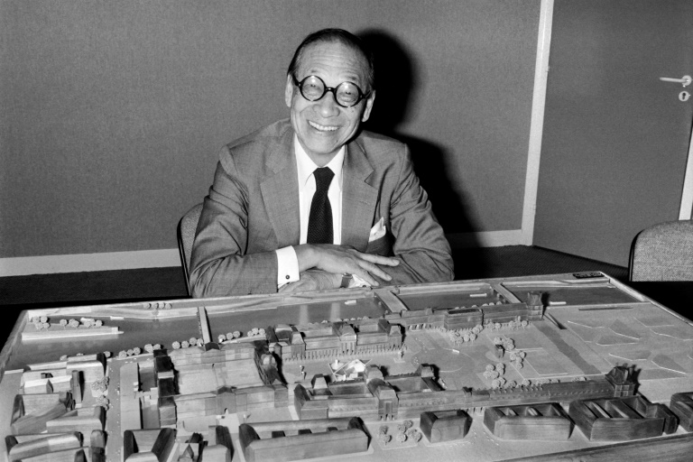 Architect I.M. Pei poses with the architectural model of the Louvre Pyramid in Paris in 1985. (AFP photo)