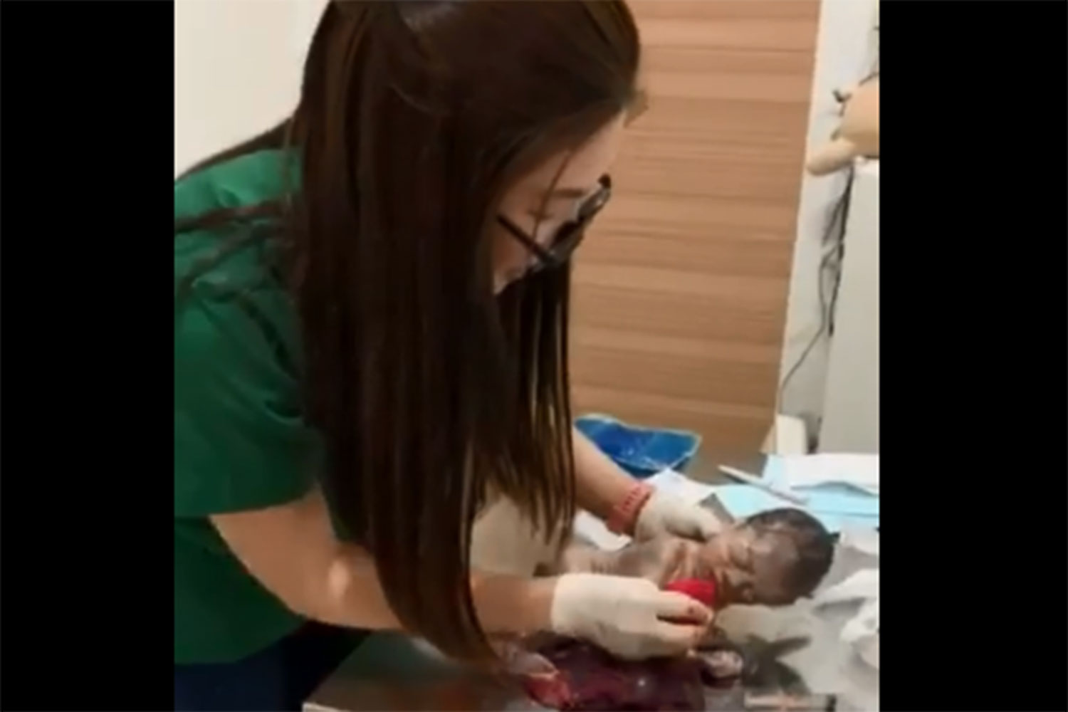 """Vet Waree """"Dr Mon Pet Angel'' Limrungsukho, 34, saves the life of a baby boy who was born prematurely to a Myanmar construction worker on a side street not far from her clinic in Bangkok's Taling Chan district on Sunday night. (Capture from a clip taken by Min K Wg Facebook page)"""