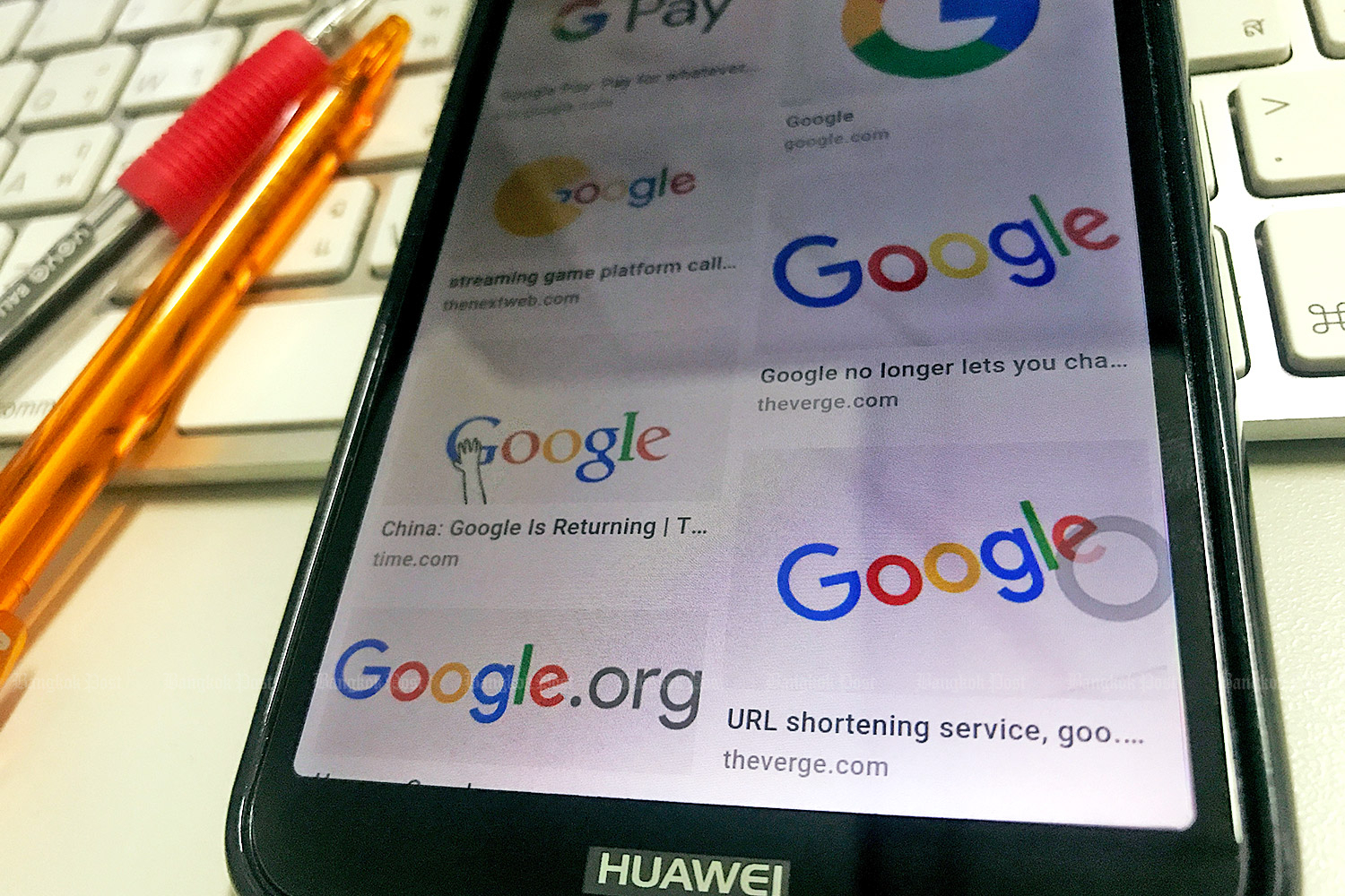 Google search results on a Huawei smartphone. The US internet giant has suspended business with China's Huawei. (Photo by Pattanapong Hirunard)
