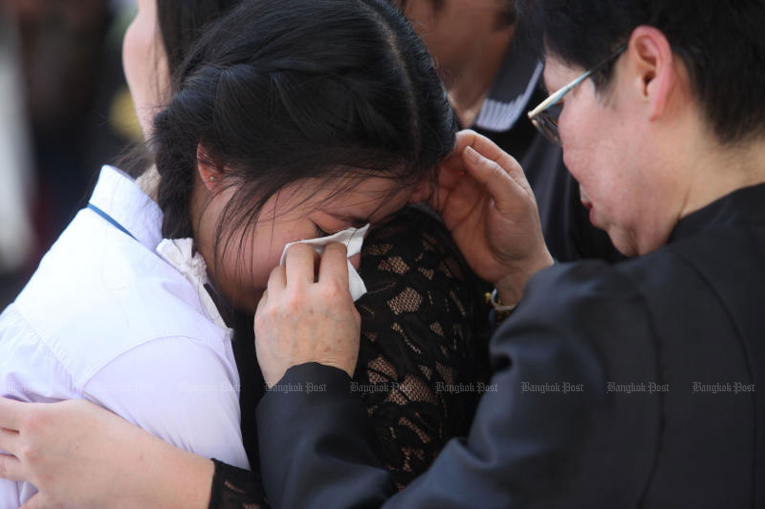 The family of Pol Lt Col Chatuporn Ngamsuwichakul and his wife Nuchanart at their funeral at Wat Tri Thotsathep in Bangkok on April 20. (Photo by Wichan Charoenkiatpakul)
