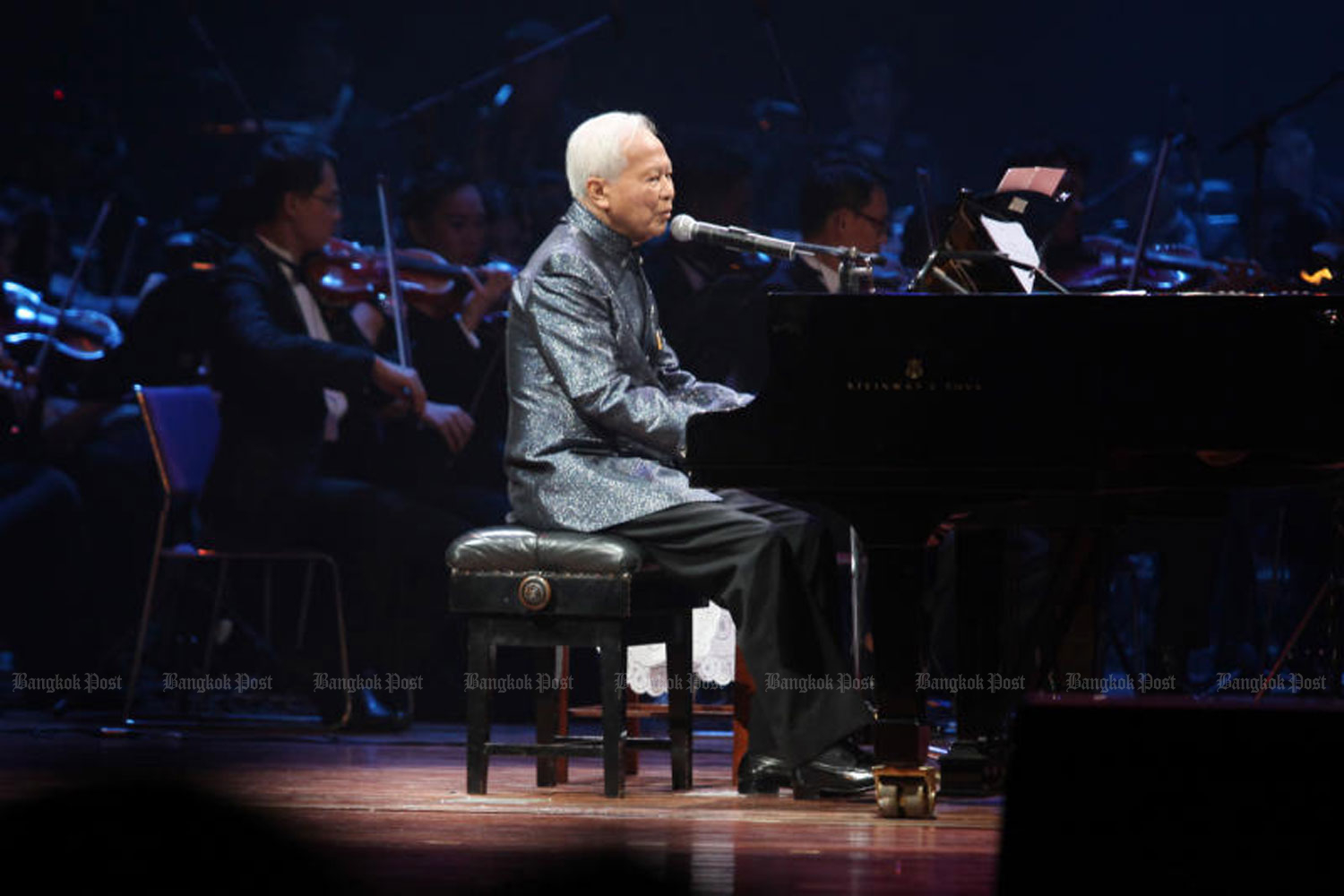 Privy Council president Prem Tinsulanonda played piano and sang during the My Season Change event, held at Thailand Cultural Centre in Bangkok in 2013 to raise funds for the Prem Tinsulanonda Foundation. (Photo by Pattanapong Hirunard)