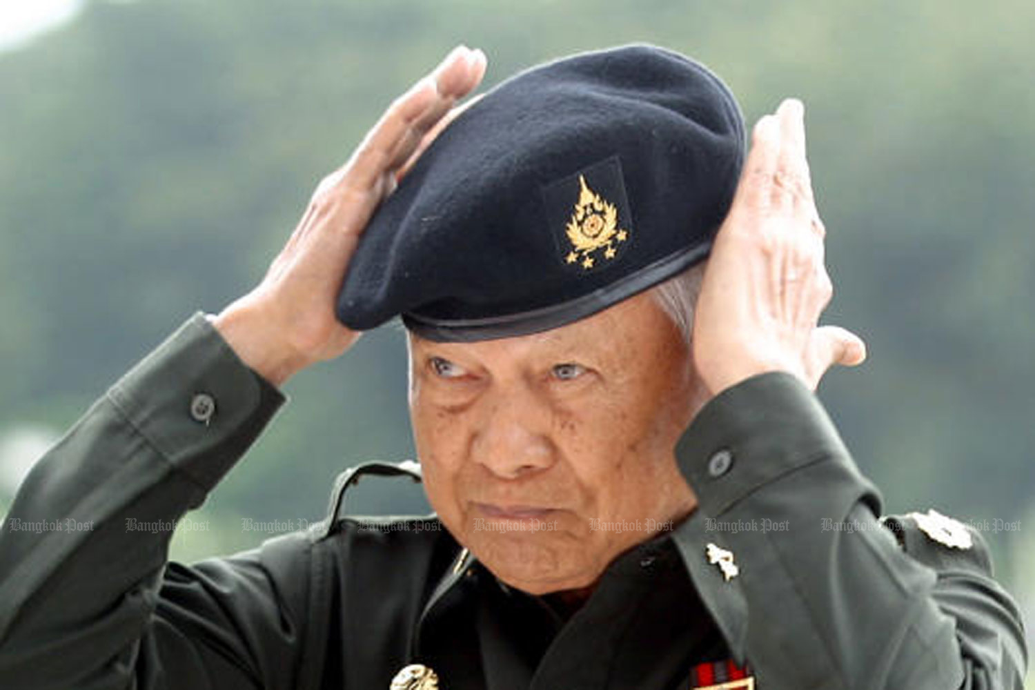 Privy Council chairman Gen Prem Tinsulanonda puts on a beret before addressing cadets at the Chulachomklao Royal Military Academy at Khao Cha-ngoke, Nakhon Nayok province, in 2006. (Photo by Surapol Promsaka na Sakolnakorn)