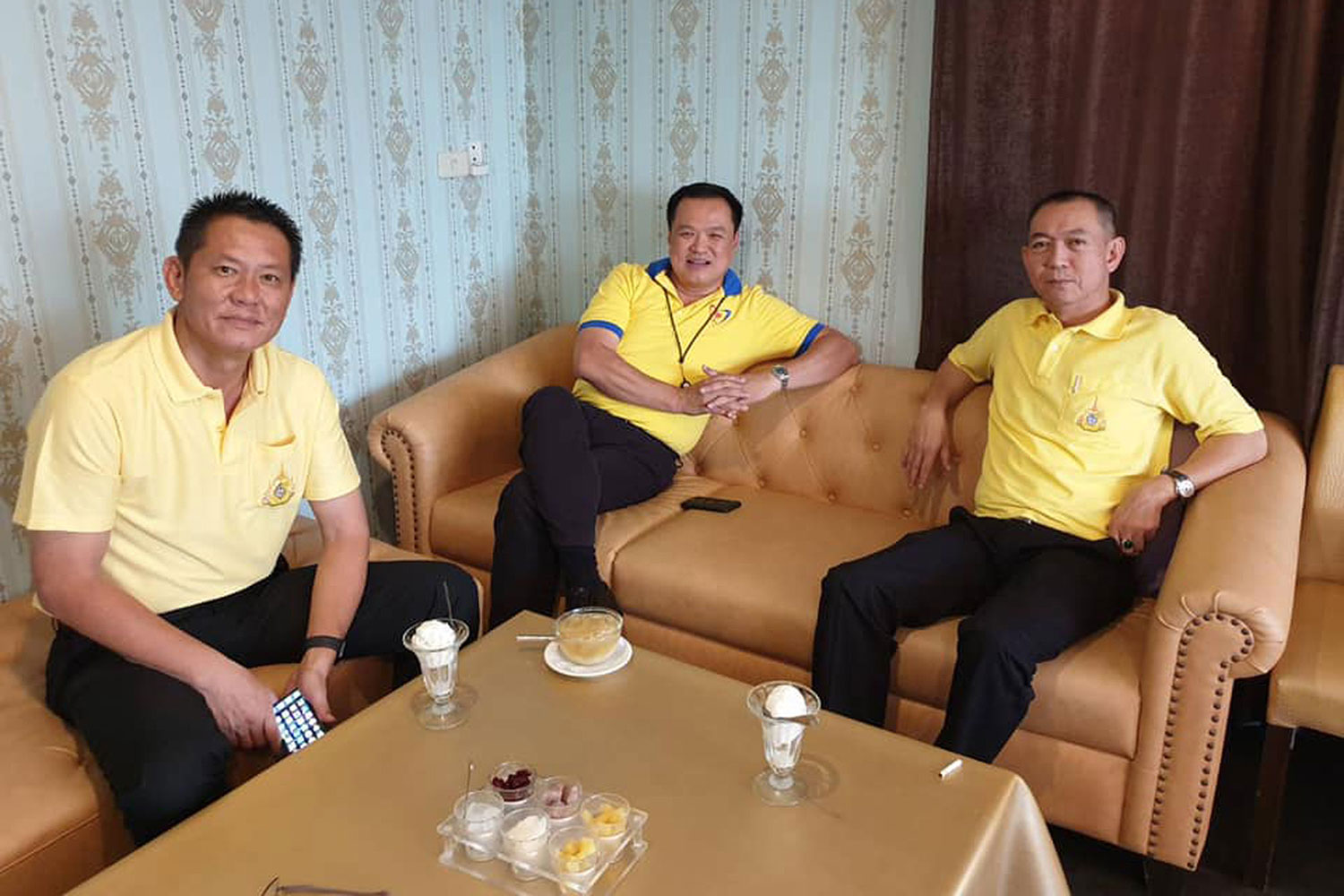 Bhumjaithai Party leader Anutin Charnvirakul is flanked by Democrat MP for Prachuap Khiri Khan Montree Panoinon (left) and Democorat secretary-general Chalermchai Sri-on during their working lunch last Tuesday. (Photo from Anutin Charnvirakul Facebook account)
