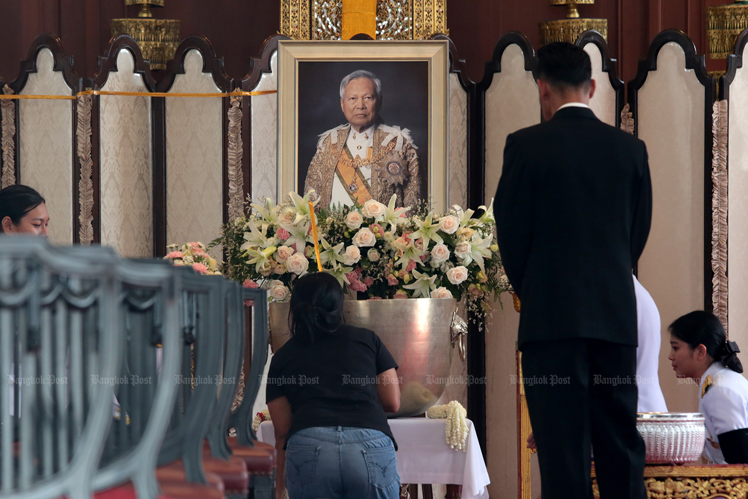 The body of late Privy Council president and statesman Gen Prem Tinsulanonda arrived at Wat Benchamaborpit for a religious ceremony on Monday. (Photo by Chanat Katanyu)