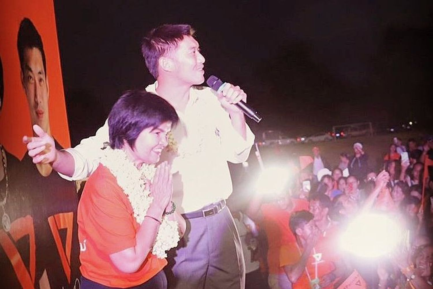 Future Forward Party leader Thanathorn Juangroongruangkit (right) helps Srinuan Boonlue, the party's candidate for Chiang Mai's eighth constituency by-election, campaign. (Photo from Twitter@Trending Talk UK.com)