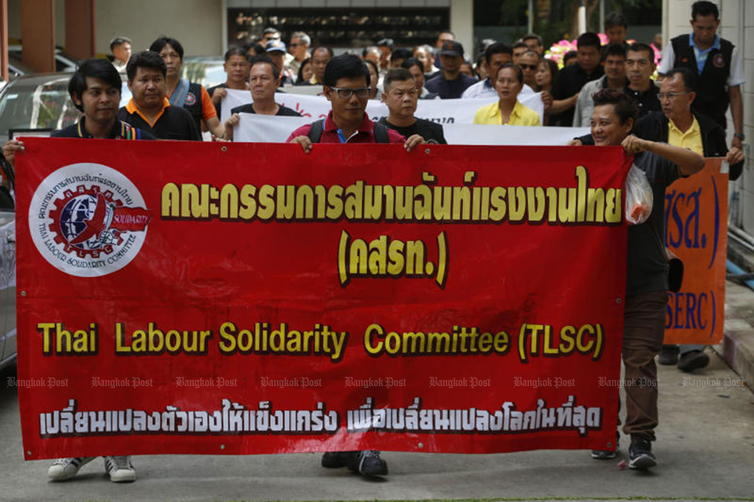 Workers and local residents led by the Thai Labour Solidarity Committee (TLSC) on Tuesday lodge a petition at the government's complaint centre, asking the government to disclose details of a draft joint venture contract for the 225-billion-baht high-speed train development project.  (Photo by Pornprom Satrabhaya)