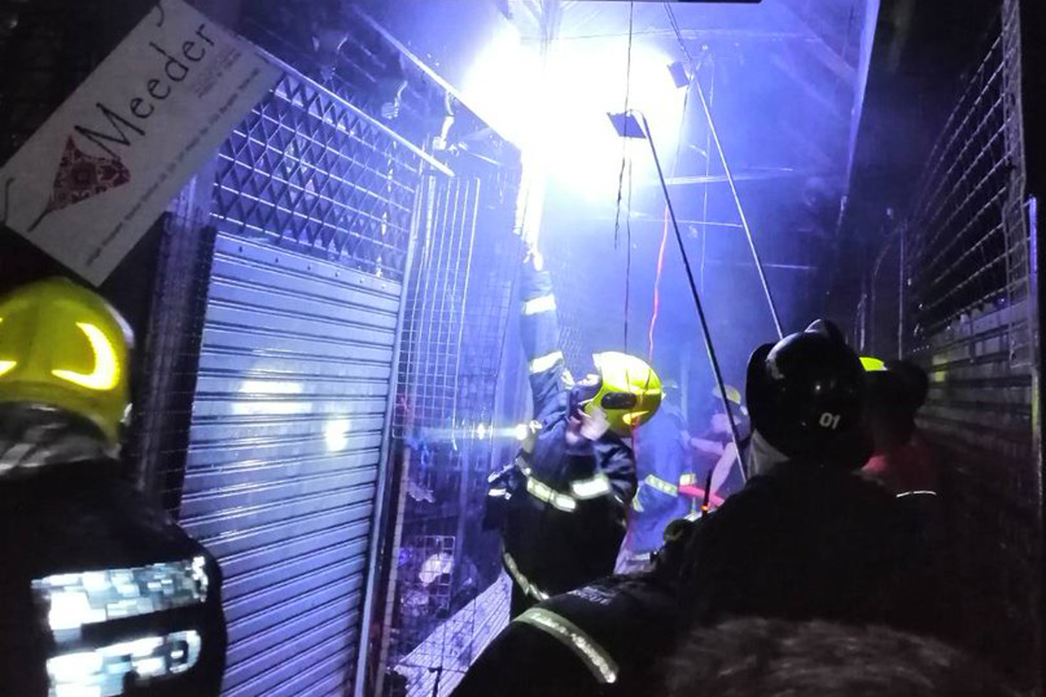 Firefighters try to control the fire at Chatuchak market on Sunday night. (Photo from ศูนย์ข่าวเคลื่อนที่เร็ว, 123คนมีน้ำใจ via @js100radio Twitter account)