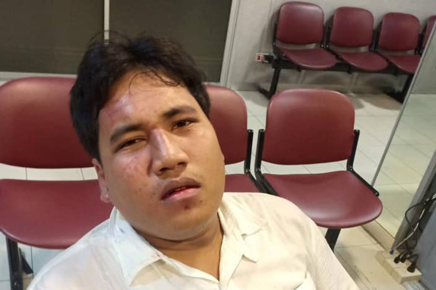 Political activist Sirawith Seritiwat registers an attack against him at the Huay Kwang police station. (Photo from Bow Nuttaa Mahattana Facebook account)