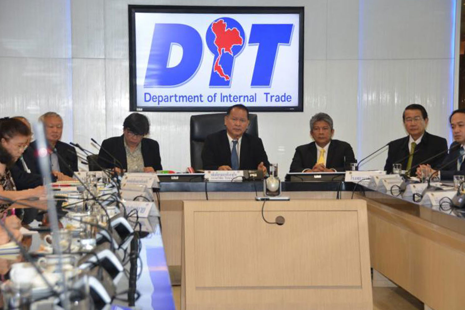 Executives of the Internal Trade Department discuss measures to control prices at private hospitals at the Commerce Ministry in Nonthaburi province in December last year. (Photo from the Commerce Ministry)