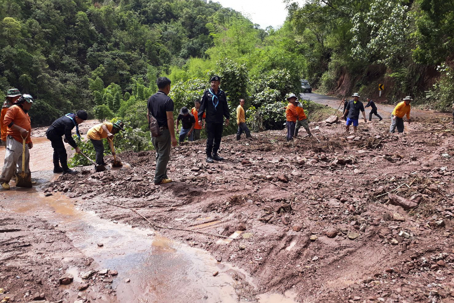 Soldiers and workers clear a mudslide that blocks a road between Chalerm Phrakiat and Bo Klue districts in Nan on Wednesday. (Photo by Rarinthorn Petchareon)