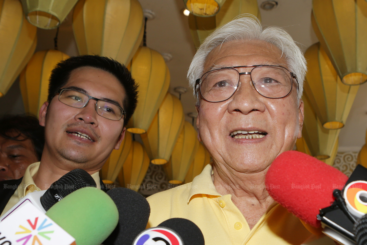 Thai Civilised Party leader Mongkolkit Suksintharanont (left) and Prachatham Thai Party leader Pichet Sathirachawal talk to the media after the meeting of 10 small parties collapsed on Monday. (Photo by Apichit Jinakul)