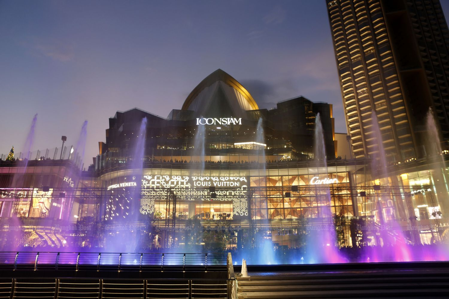 Events such as this Iconic Multimedia Water Features by Iconsiam late in 2018 give people reasons to get dressed and shop at brick-and-mortar malls. (Bangkok Post file photo)