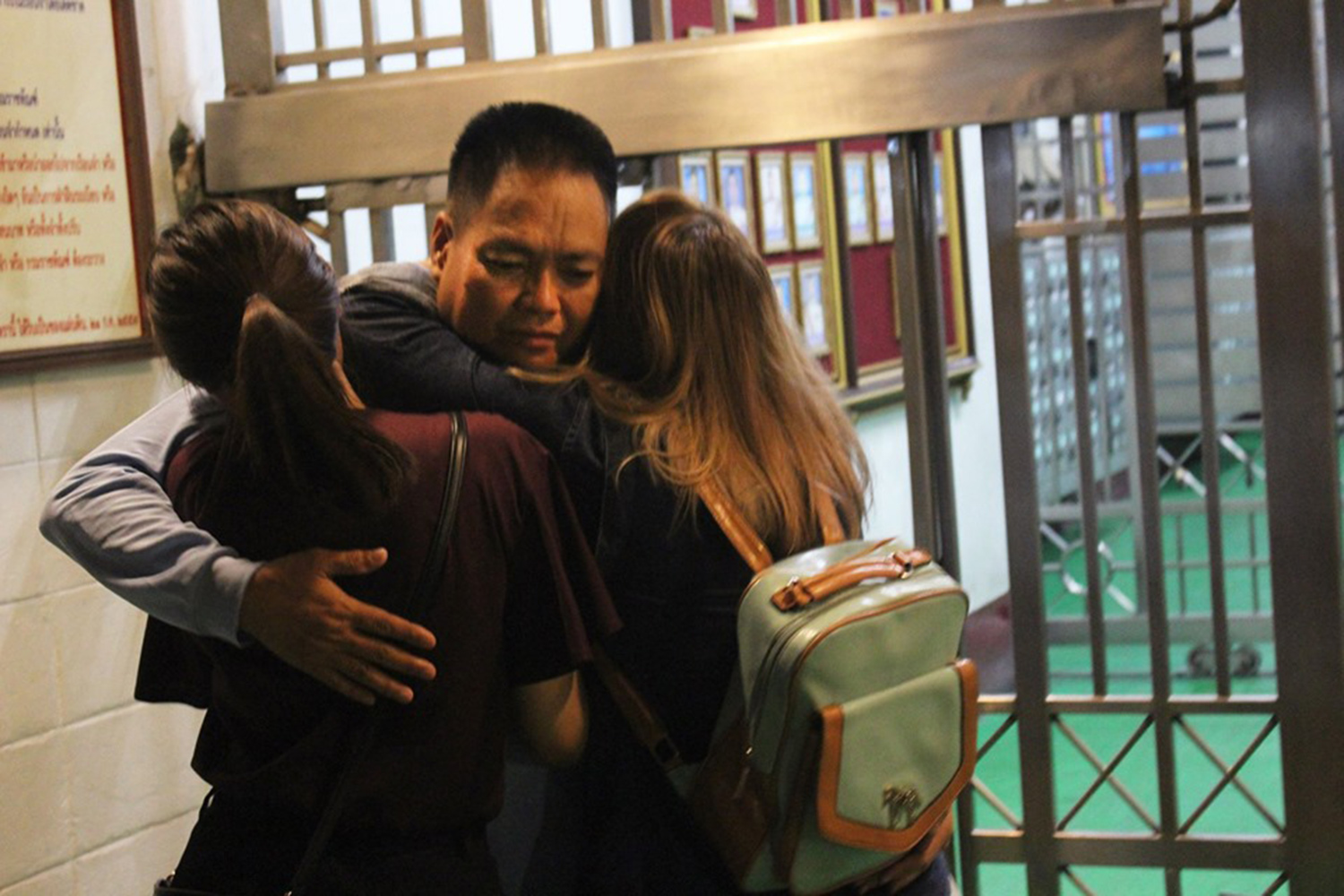 Siraphop Kornaroot hugs his daughters after his release from the Bangkok Remand Prison on Tuesday. (Photo from @iLawClub Facebook account)
