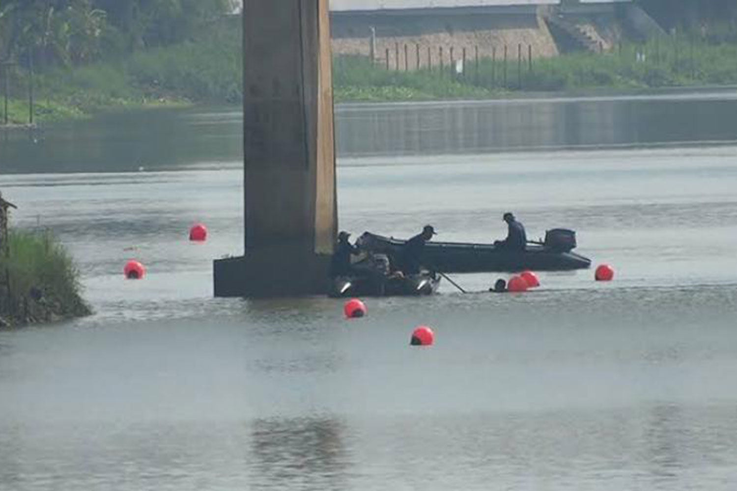 Buoys are moord on the Mae Klong River to mark the spots where unexploded ordnance is located. (Photo by State Railway of Thailand)