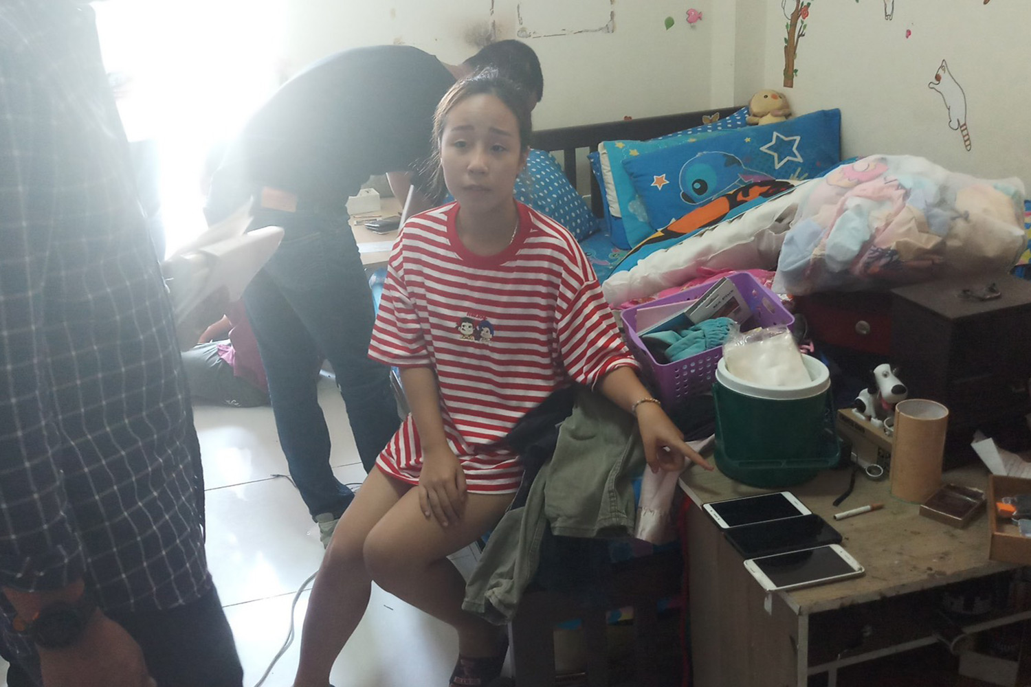 Naruemol Lamperngmee, 19, who allegedly used hacked Facebook and Line accounts of others to dupe more than 100 online users into transferring money to her is caught in Min Buri district, Bangkok. (Supplied photo via Wassayos Ngamkham)