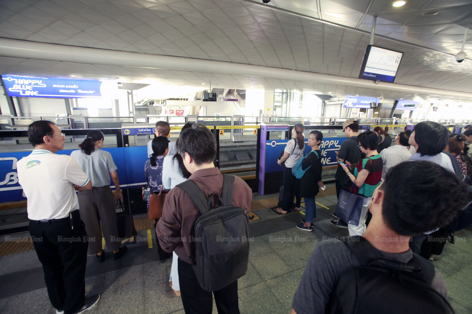 Commuters have to wait until at least 2020 for the common ticketing system designed to link all modes of public transport in Bangkok. (Photo by Pornprom Satrabhaya)
