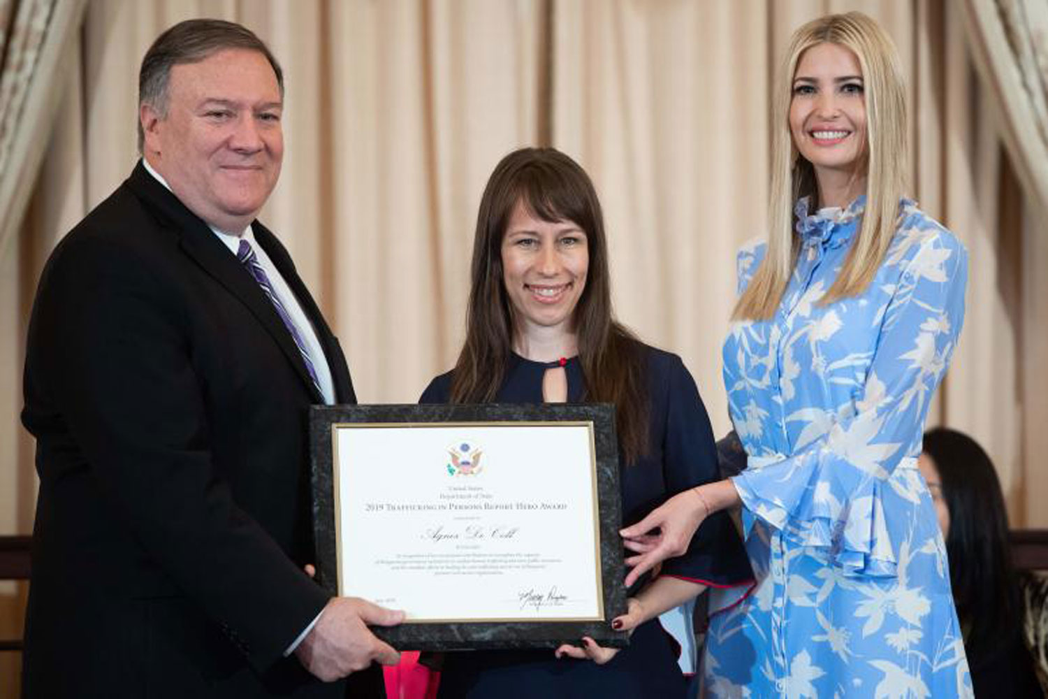 US Secretary of State Mike Pompeo (L) and Senior White House Advisor Ivanka Trump (R) present Agnes De Coll of Hungary with the 2019 TIP Report Hero Award for her work to fight against human trafficking during a ceremony releasing the 2019 Trafficking in Persons Report at the State Department in Washington, DC, June 20, 2019. (AFP photo)