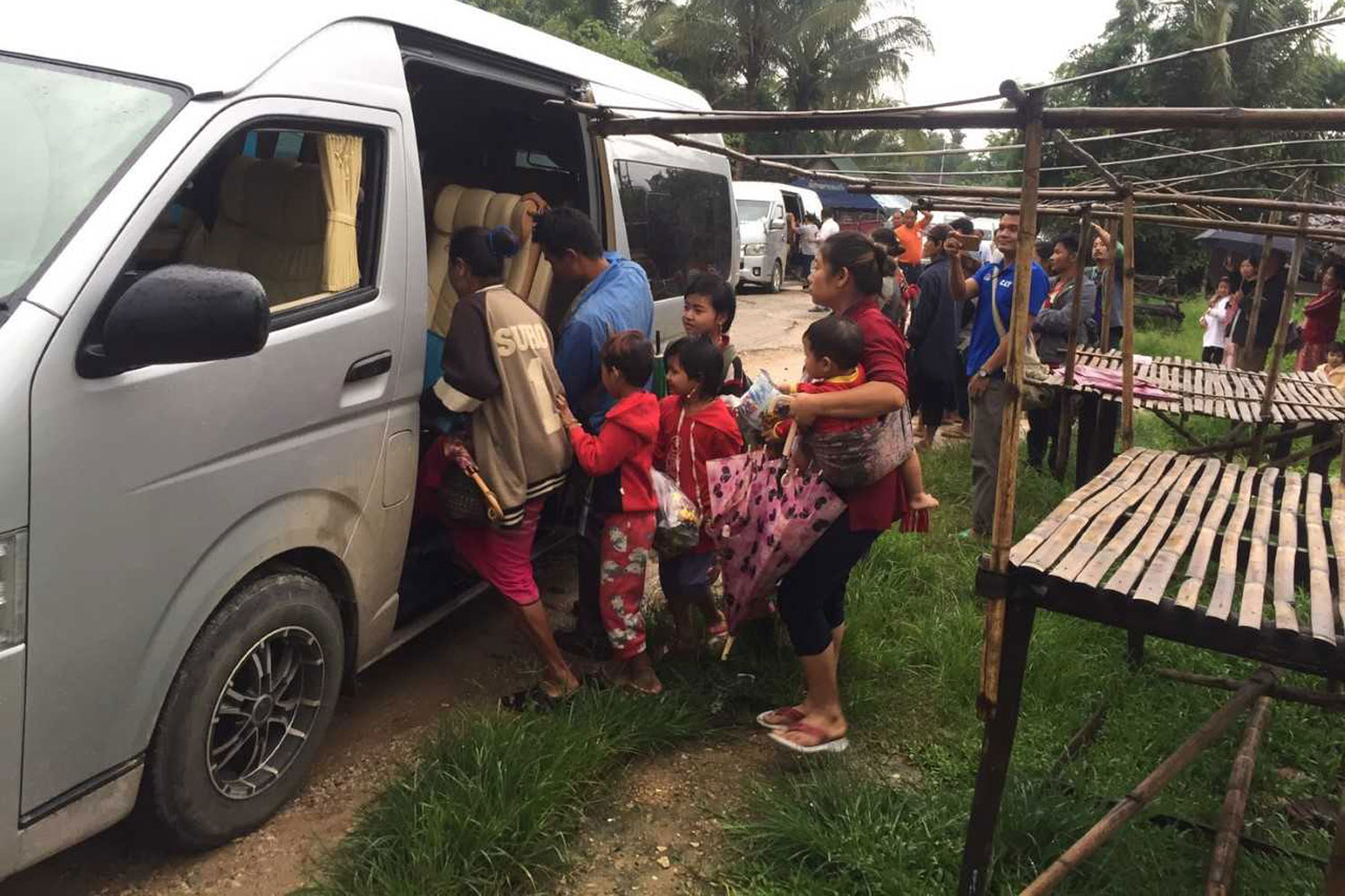 Karen refugees board a van to voluntarily return to Myanmar, in Umphang district of Tak, on Monday morning. (Photo by Assawin Pinitwong)