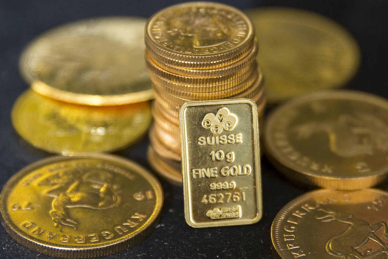 Gold falls 2% as dollar, equities gain on U.S.-China truce