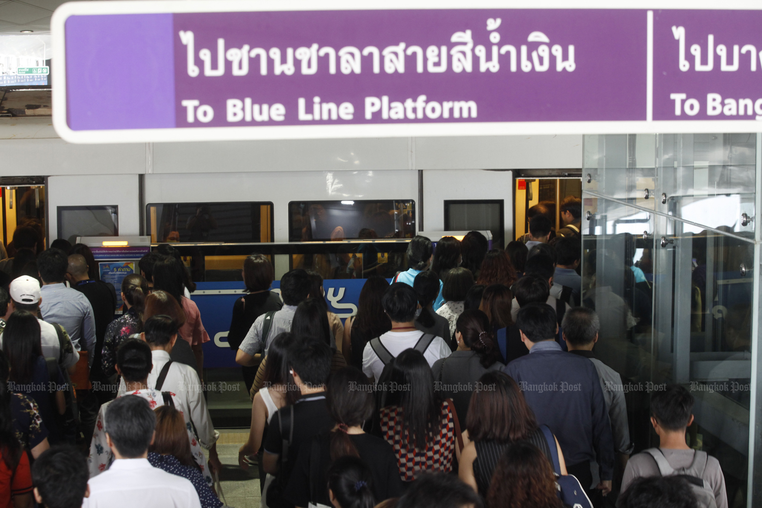The Transport Ministry has asked Bangkok Expressway and Metro Plc to increase train frequency to cope with passenger numbers at Tao Poon station. (Photo by Pornprom Satrabhaya)