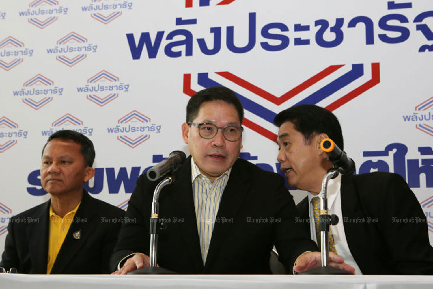 Palang Pracharath leader Uttama Savanayana is flanked by Sam Mitr faction leaders Somsak Thepsuthin, left, and Suriya Juangroongruangkit at Tuesday's news conference at party headquarters in Bangkok. (Photo by Apichit Jinakul)