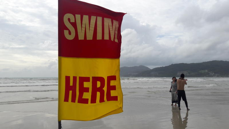 A safety flag at Patong beach guides tourists. (Photo by Walailak Keeratipipatpong)