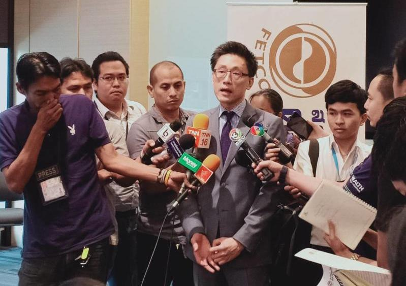 Paiboon Nalinthrangkurn, chairman of the Federation of Thai Capital Market Organization (Fetco), speaks to the media in Nov 2018.  (Photo supplied)
