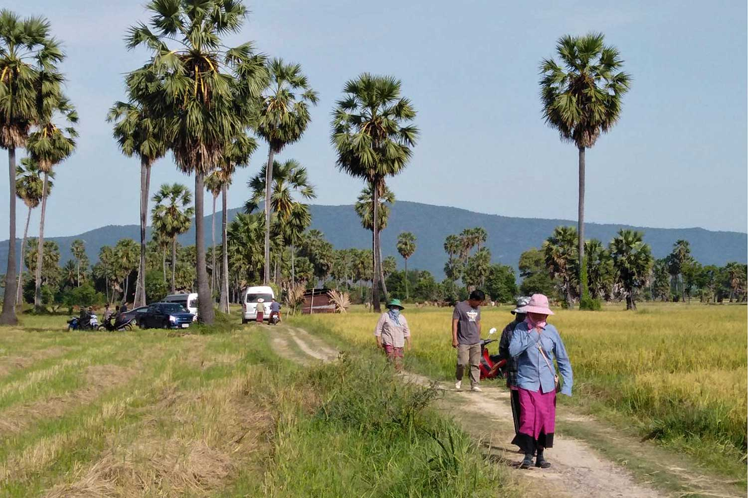 Residents of Phetchaburi's Ban Lat district lead reporters to visit areas which would be affected by the Nakhon Pathom-Cha-am motorway. (Photo by Apinya Wipatayotin)