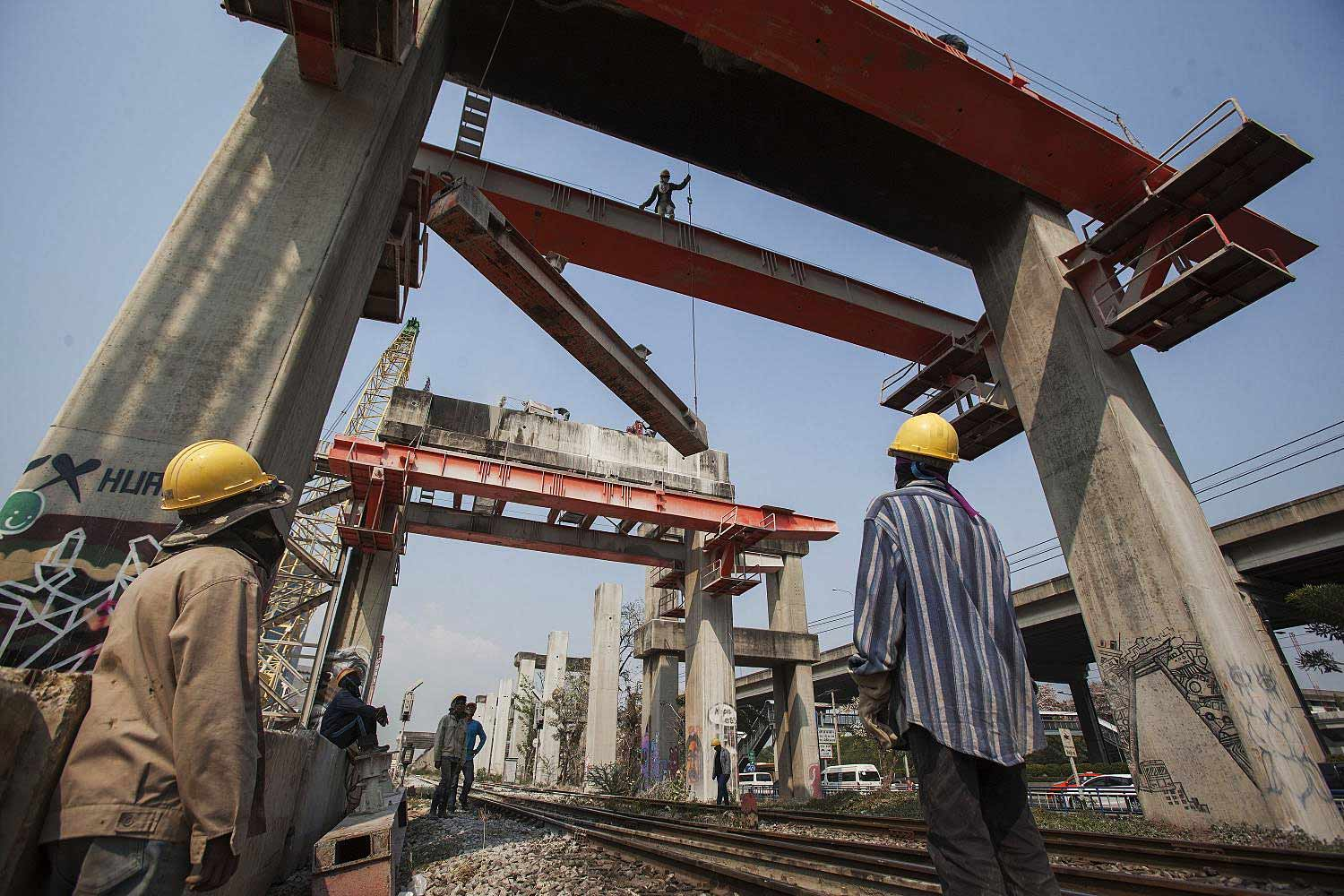 Workers remove foundation pillars of the defunct mass transport Hopewell project in Bangkok in March, 2014.(Photo by Pattarapong Chatpattarasill)