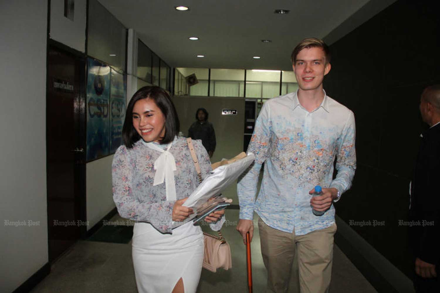 Finnish investor Aarni Otava Saarimaa and his Thai business partner Chonnikan Kaeosali arrive at the Crime Suppression Division in Bangkok in August last year over allegations of a bitcoin fraud worth 979 million baht. (Photo by Wassayos Ngamkham)